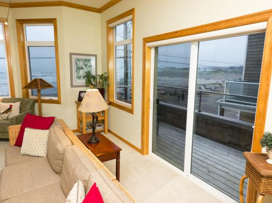 http://www.seasidevacationhomes.com/custimages/View_To_Side_Deck_From_Living.jpg